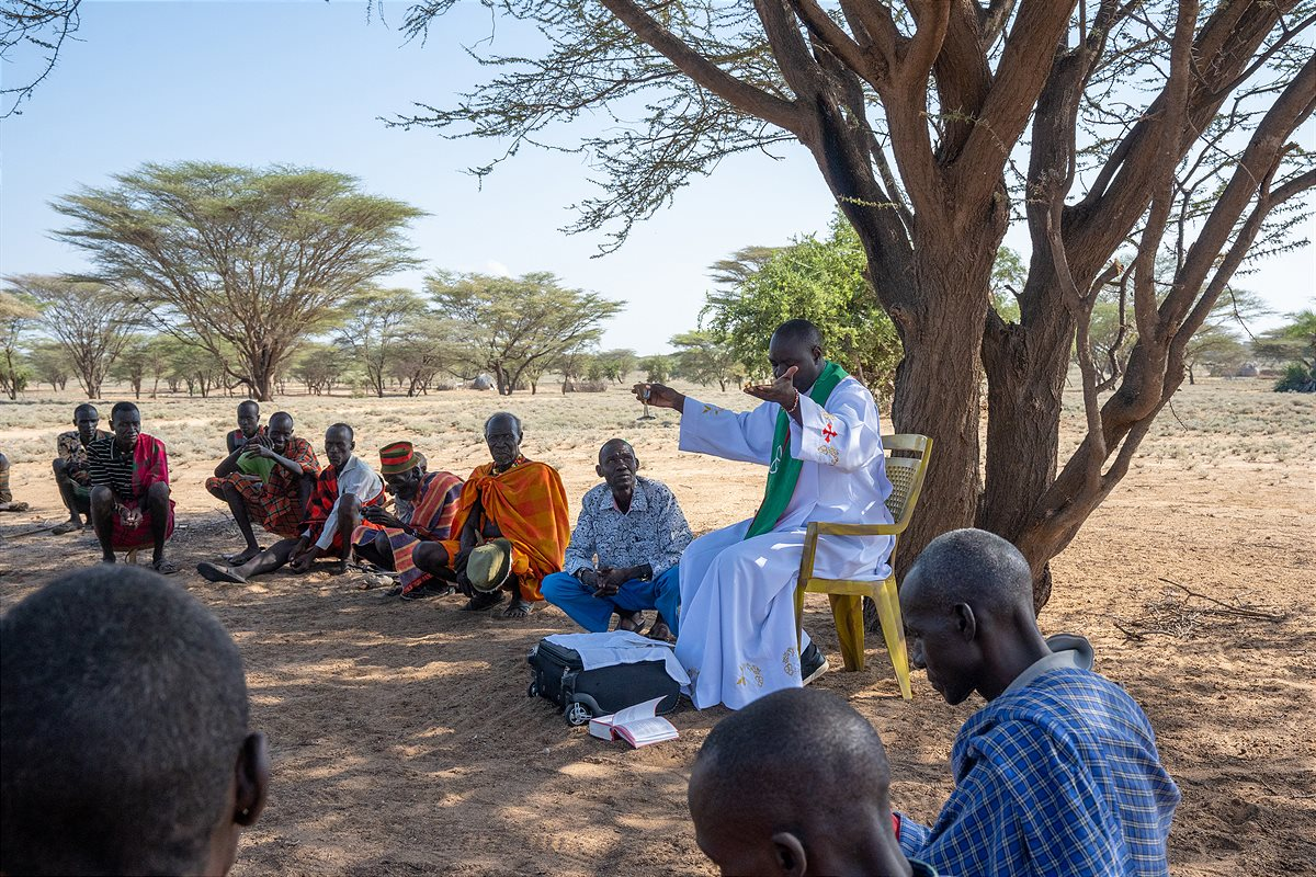Father Paul feiert die Messe in der Turkana in Kenia.